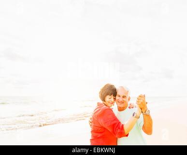 USA, Florida, Jupiter, Paare tanzen am Strand bei Sonnenaufgang - Stockfoto