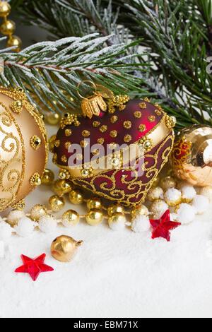 Weihnachten rot-goldenen Herzen mit Evegreen Baum - Stockfoto