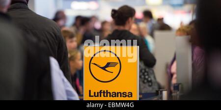 (Datei) - eine Archiv Bild, datiert 20. Oktober 2014, zeigt Passagiere warten auf ihren Flug am Flughafen Tegel - Stockfoto