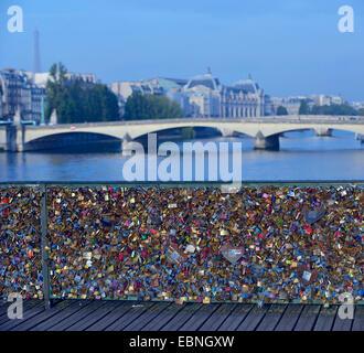 Liebesschlösser auf der Brücke Pont des Arts, Frankreich, Paris - Stockfoto