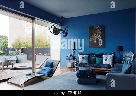 ... Blauen Wohnzimmer Mit Französischen Fenstern. Das Sofa Auf Der Rechten  Seite Ist Von Ikea,