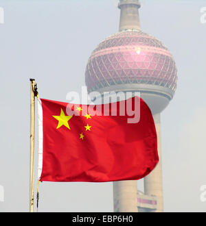 Chinesische Flagge vor Oriental Pear Tower in Pudong, China, Shanghai - Stockfoto