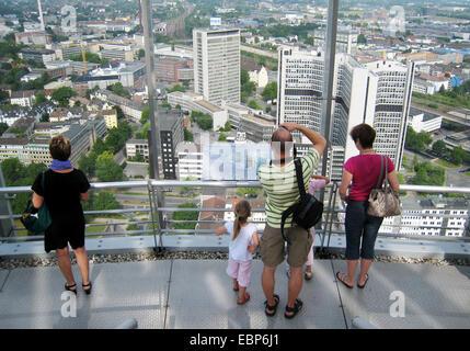 Besucher auf der Aussichtsplattform des RWE-Turm mit Essen, Deutschland, Nordrhein-Westfalen, Ruhrgebiet, Essen - Stockfoto