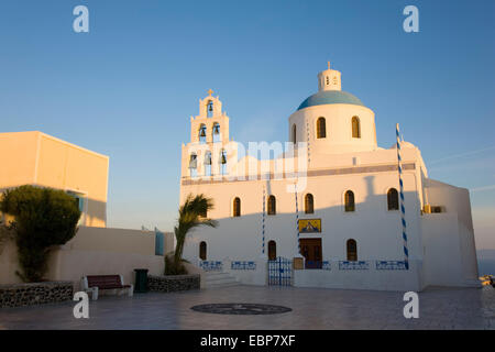 IA, Santorini, südliche Ägäis, Griechenland. Die Kirche der Panagia Platsani, Sonnenaufgang. - Stockfoto