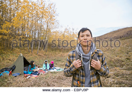 Porträt des Mannes mit Familie camping - Stockfoto