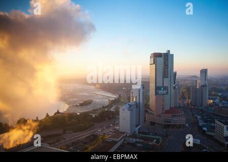 Ansicht des Hotels und Hufeisen fällt, Niagara Falls, Niagara, Ontario, Kanada, Nordamerika - Stockfoto