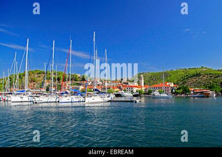 Segelboote und Yachten im Hafen von Skradin, Kroatien, Nationalparks Krka Skradin - Stockfoto