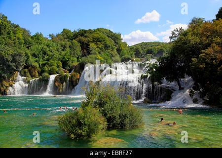 Baden Menschen in Krk Fluss unter Skradinski Buk Wasserfälle, Kroatien, Dalmatien, Krka Nationalpark - Stockfoto