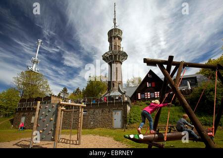Kinder auf dem Spielplatz am Kindelsbergturm, Deutschland, NRW, Siegerland, Kreuztal - Stockfoto