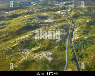 Luftbild, Straßen- und Fahrrad Weg in Rasen gewachsen Dünen an der Nordsee Küste, Niederlande, Coepelduynen, Noordwijk - Stockfoto