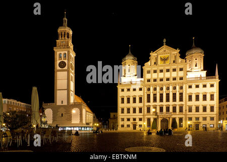 Rathaus am Rathausplatz und Turm Perlachturm in der Nacht, Deutschland, Bayern, Augsburg - Stockfoto