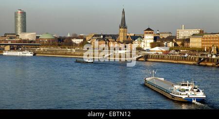 Schiffe auf Rhein, Ergo Versicherung Gebäude, St. Lambertus Kirche und Burg-Turm im Hintergrund, Deutschland, Nordrhein - Stockfoto