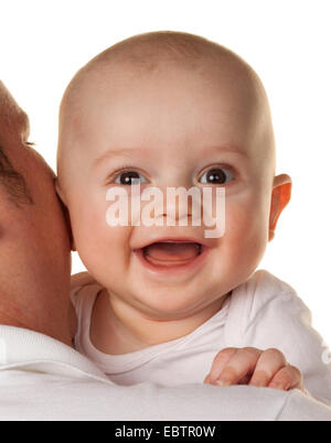 Vater mit einem kleinen Baby auf seiner Schulter - Stockfoto