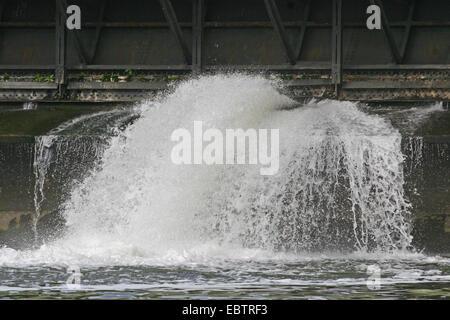 Spritzwasser auf die Stützmauer aus der Baldeney-See, Deutschland, Nordrhein-Westfalen, Ruhrgebiet, Essen - Stockfoto
