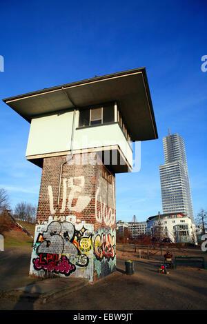alten Gantry-Stellwerk und Köln Turm, Deutschland, Nordrhein-Westfalen, Mediapark, Köln - Stockfoto