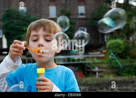 kleiner Junge macht Seifenblasen, Deutschland - Stockfoto