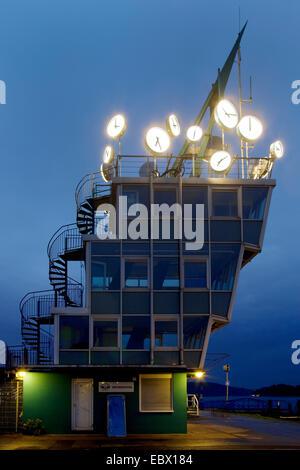 """Licht-Event """"Ruhrlights Twilight Zone"""" am Regatta-Turm See Baldeney, Baldenysee, Deutschland, Nordrhein-Westfalen, - Stockfoto"""