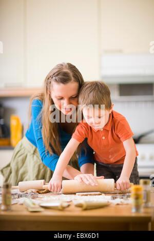 Junge Mutter und Sohn in der Küche machen cookies - Stockfoto