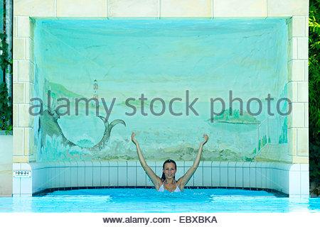 junge Frau im Schwimmbad - Stockfoto