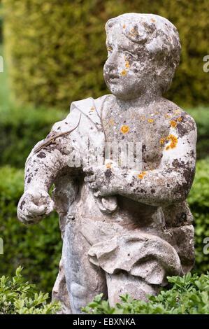 Villa Rizzardi (Giardino di Pojega), Negrar, Italien. Eine Echse läuft hinunter den Arm einer Statue - Stockfoto