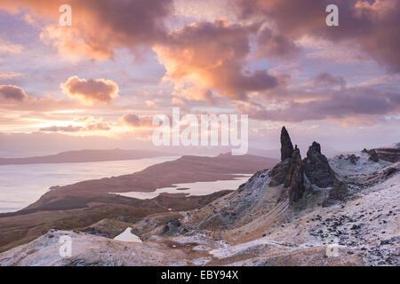 Winter-Sonnenaufgang über der Old Man of Storr auf der Isle Of Skye, Schottland. Winter (Dezember) 2013. - Stockfoto