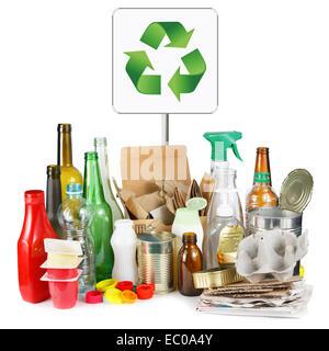 Eine Auswahl von Abfall zur Verwertung. Getrennt, Metall, Kunststoff, Papier und Glas auf weißem Hintergrund - Stockfoto