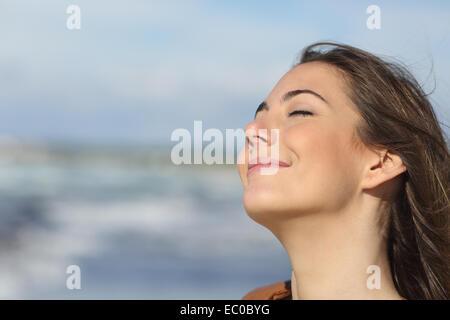 Closeup Portrait einer entspannten Frau atmen frischen Luft am Strand - Stockfoto