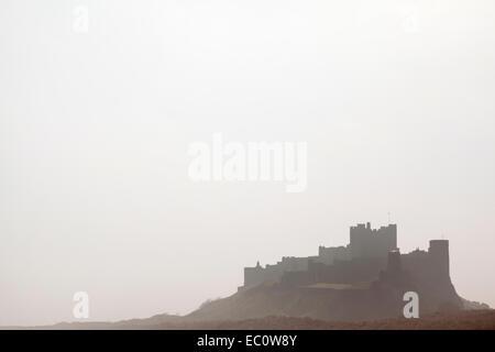 Bamburgh Castle an einem nebligen Morgen, Northumberland, UK - Stockfoto