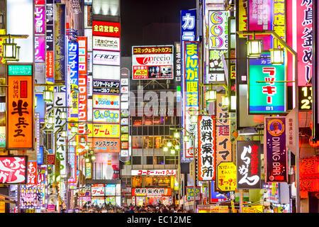 TOKYO, JAPAN - 14. März 2014: Zeichen Linie dicht eine Gasse in Kabuki-Cho. Die Gegend ist eine renommierte Nachtleben - Stockfoto