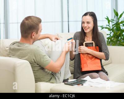 Mann unter Kreditkarte Weg von seiner Freundin, nachdem sie ging einkaufen - Stockfoto