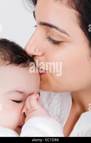 Indian Mother Caring sein Baby - Stockfoto