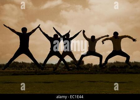 indische Gruppe Freunde Park Sprung - Stockfoto