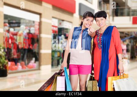 Genießen Sie indische Mutter und Tochter shopping mall - Stockfoto