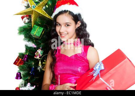 ein indisches Mädchen Weihnachtsbaum mit Geschenk - Stockfoto