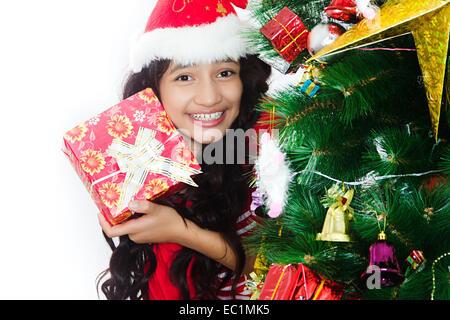 ein indisches Mädchen Christmas Festival Geschenk - Stockfoto