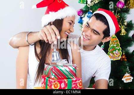 indische paar Christmas Festival Überraschungsgeschenk - Stockfoto