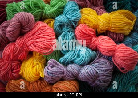 Auswahl an bunten handgefärbte Wolle Garne. - Stockfoto