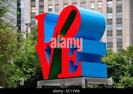 PHILADELPHIA, PENNSYLVANIA: Robert Indianas berühmten LOVE Sculpture in John F. Kennedy Plaza - Stockfoto