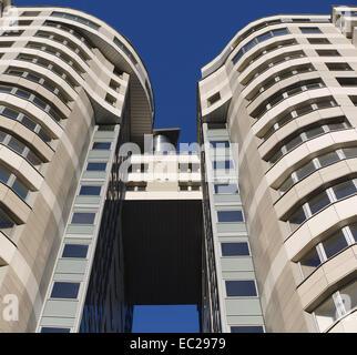 Bogen Sie zwischen zwei Bürogebäuden. Ansicht von unten. - Stockfoto