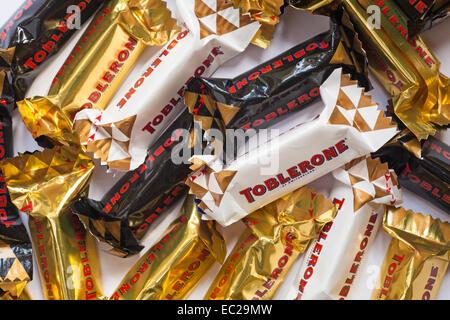 Bars von Miniatur Toblerone Schokolade - dunkle Schokolade, Milch, Schokolade, weiße Schokolade, Honig und Mandel - Stockfoto