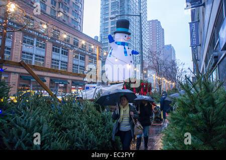 Weihnachtsbäume und Dekorationen für den Verkauf im Stadtteil Chelsea von New York auf Samstag, 6. Dezember 2014. - Stockfoto