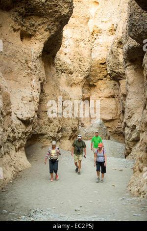 Afrika, Namibia. Sossus Dune Lodge.  Namib-Wüste. Sossusvlei, Naukluft Park. Menschen wandern im Canyon. -Modell - Stockfoto