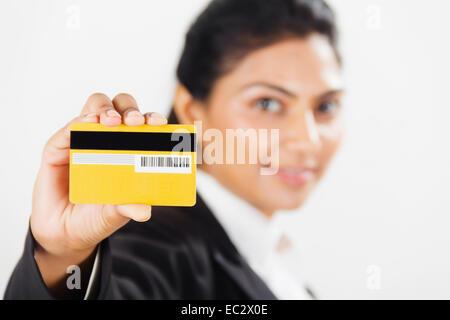 indische Business Woman Credit Karte zeigen - Stockfoto