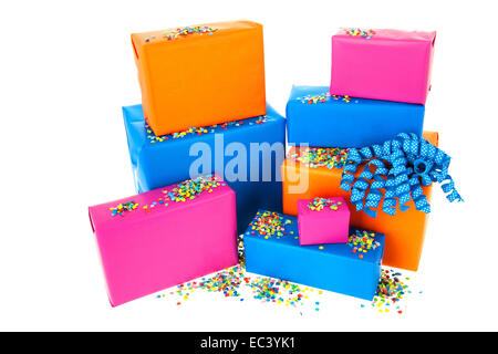 Haufen Geschenke in vielen Farben mit Konfetti isoliert auf weißem Hintergrund - Stockfoto