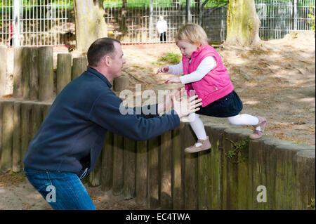 alleinerziehender Vater spielt mit seiner Tochter - Stockfoto