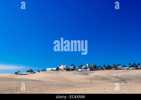 Playa del Ingles am Rand der Dünen - Stockfoto