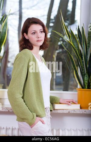 eine junge Frau im Wohnzimmer - Stockfoto