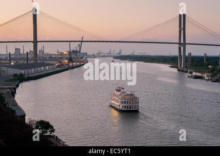 Riverboat Cruisen in der Abenddämmerung am Savannah River unterhalb der Eugene Talmadge Memorial Bridge. - Stockfoto