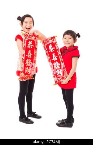 asiatische Mädchen zeigen Couplets für frohes neues Jahr - Stockfoto
