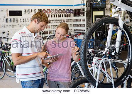 Unterstützung der Kunden im Fahrradgeschäft Filialleiter - Stockfoto